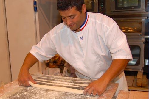 Boulanger préparant la cuisson des baguettes
