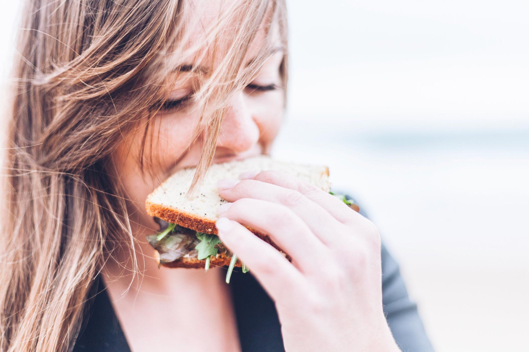 Femme mangeant un sandwich