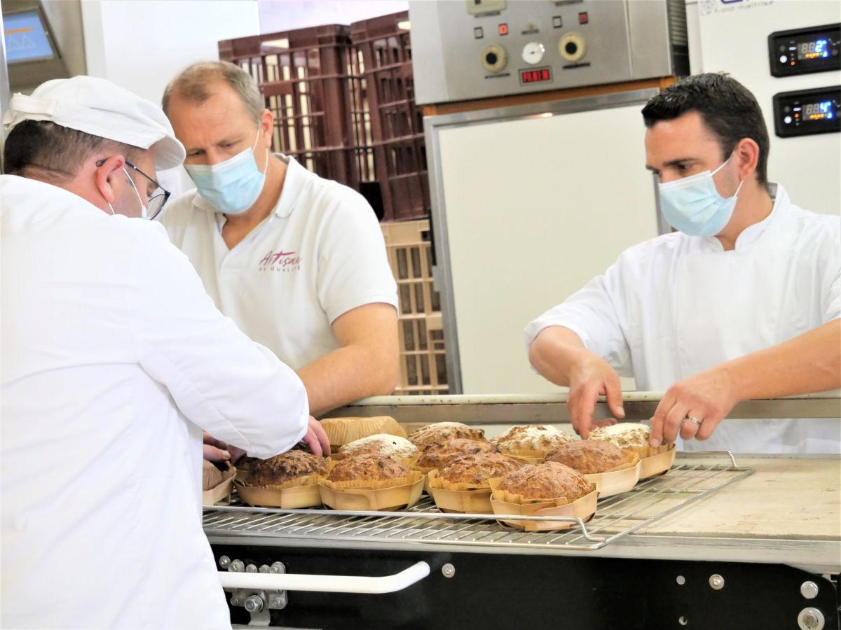 des artisans dans une boulangerie